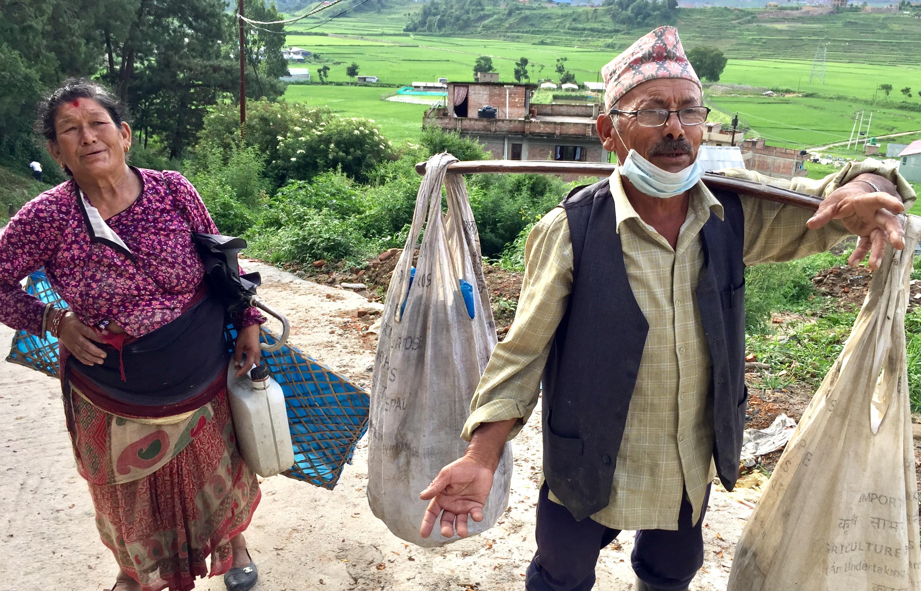 खोकनाका स्थानीय द्वारिकानाथ डंगोल र उनकी पत्नी। तस्बिर: गिरीश गिरी/सेतोपाटी
